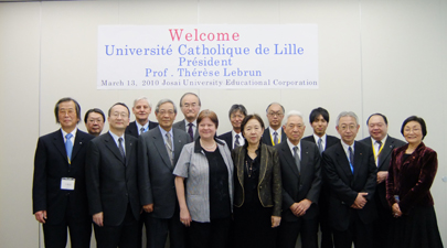 President Lebrun and Chancellor Mizuta with the faculty members of Josai and Josai International University