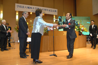 Official commendation is conferred on the mayor of Sakado city