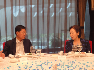 Chancellor Mizuta with President Li of Dalian People Foreign Friendly Association