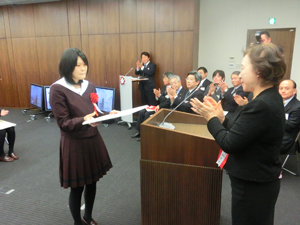 Mayu Sakurai accepts the Grand Prize from Chancellor Mizuta