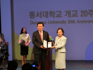 Chancellor Mizuta accepts a memento from Dongseo president Chang Jekuk