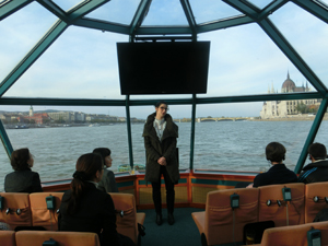 Students introducing famous spots along the Danube in Japanese
