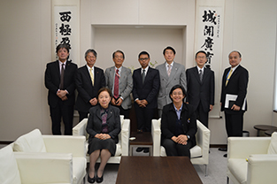 Photo commemorating the exchange agreement signing with Prof. Piyasuda Mawai (front row, right) and Chancellor Mizuta (left)