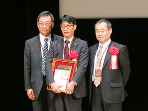 Professor Sugibayashi (center) receives his award