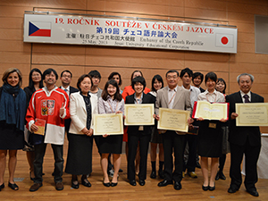 A commemorative photo with contestants and judges May 2013