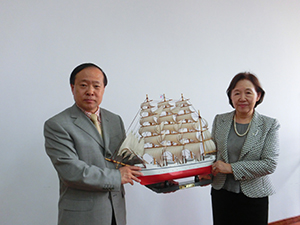 Party Secretary Liu (L) poses with Nippon Maru model in hand alongside Chancellor Mizuta
