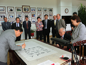 Secretary Liu personally inscribes certificates for each delegation member