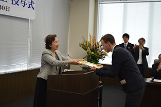 Hungarian student spokesperson, Kormos Róbert, receives certificate from Chancellor Mizuta