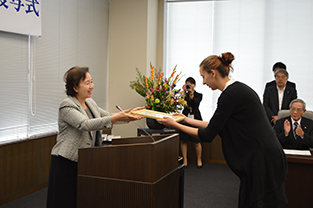 Polish student spokesperson, Lipińska Joanna, receives certificate from Chancellor Mizuta