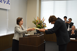 Czech student spokesperson, Rezazgui David, receives certificate from Chancellor Mizuta