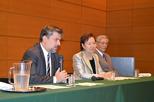 Ambassador Cyryl Kozaczewski (left) delivers his message to exchange students, alongside Chancellor Mizuta, President Morimoto