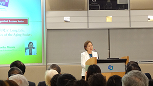 Chancellor Mizuta delivers her lecture