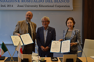 Foundation President Paolo Del Bianco (left), Commissioner of Cultural Affairs Dr. Aoyagi (center), and Chancellor Mizuta (right) during the signing ceremony