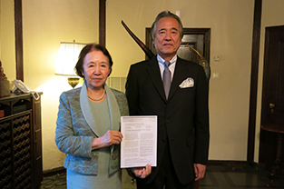 With Ambassador Morimoto, holding the press release regarding the Nobel Prize in Physics, which was just announced