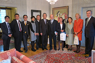With members of the Svensk-Japanska Sällskapet in the residence of the ambassador