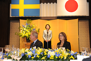 Society President Mizuta gives introductory remarks with Swedish Ambassador Robach and his wife seated in the foreground