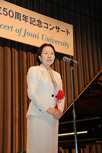 Chancellor Mizuta welcoming the audience