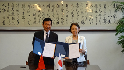 Displaying the agreement with university president Xia Chunyu
