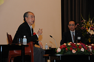 Dr. Kobayashi (left) and Mr. Ono in conversation