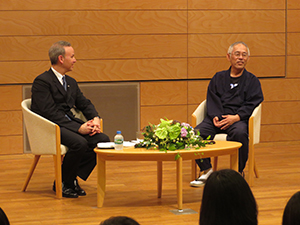 Mr. Suzuki (right) addresses the audience with interviewer Prof. Mizuta Lippit