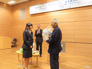 Mr. Suzuki receives a bouquet from Josai