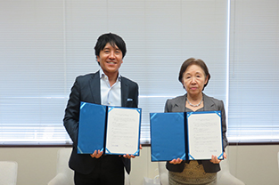 Chancellor Mizuta (right) and President Kawamura display the agreement