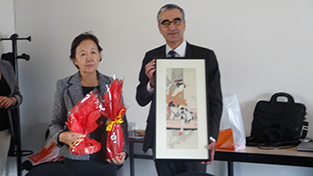 Exchange of commemorative gifts