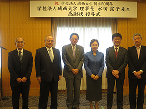 Chancellor Mizuta surrounded by representatives of the four media companies from Saitama and Chiba