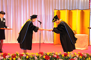 Chancellor Mizuta awards an honorary doctorate to Her Highness Princess Takamado