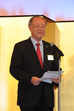 Hannam University President Kim offers his congratulations at the reception